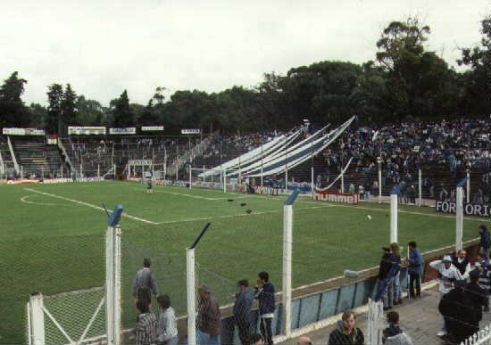 estadio: tribuna del bosque con banderas
